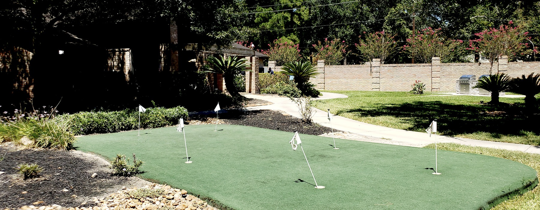 golfing area to practice putting